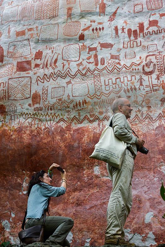 La antropóloga Celine Valadeau y el director del museo de Man (Francia), ante un mural rupestre.