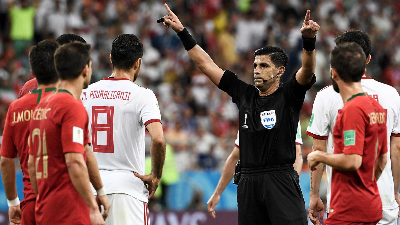 Enrique Cáceres valida el gol de Iago Aspas tras consultar el videoarbitraje.