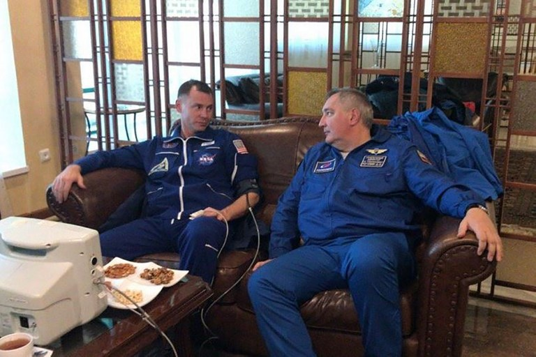 Los astronautas Nick Hague y Alexéi Ovichinin, durante su examen médico.