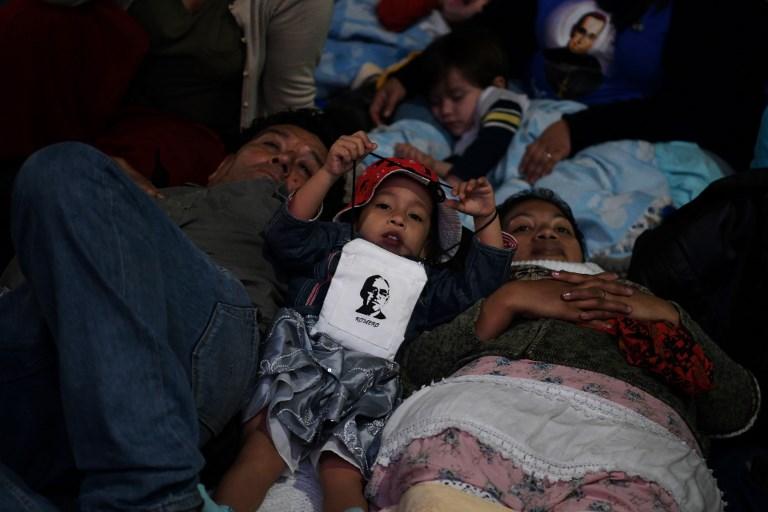 Miles de salvadoreños durmieron la Plaza Gerardo Barrios en San Salvador para seguir la ceremonia de canonización de monseñor Romero.