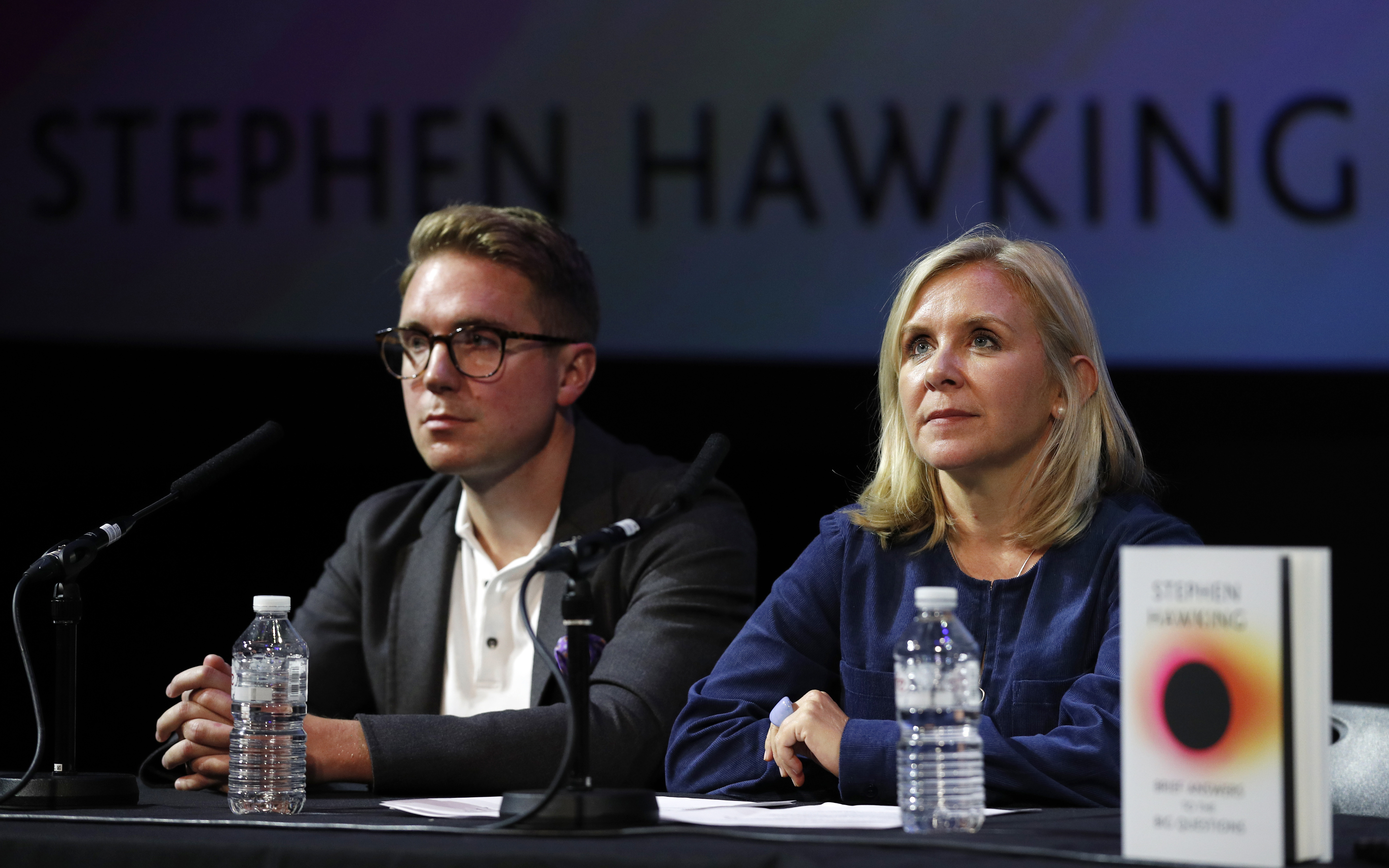 Timothy y Lucy Hawkings, hijos del astrofísico británico.