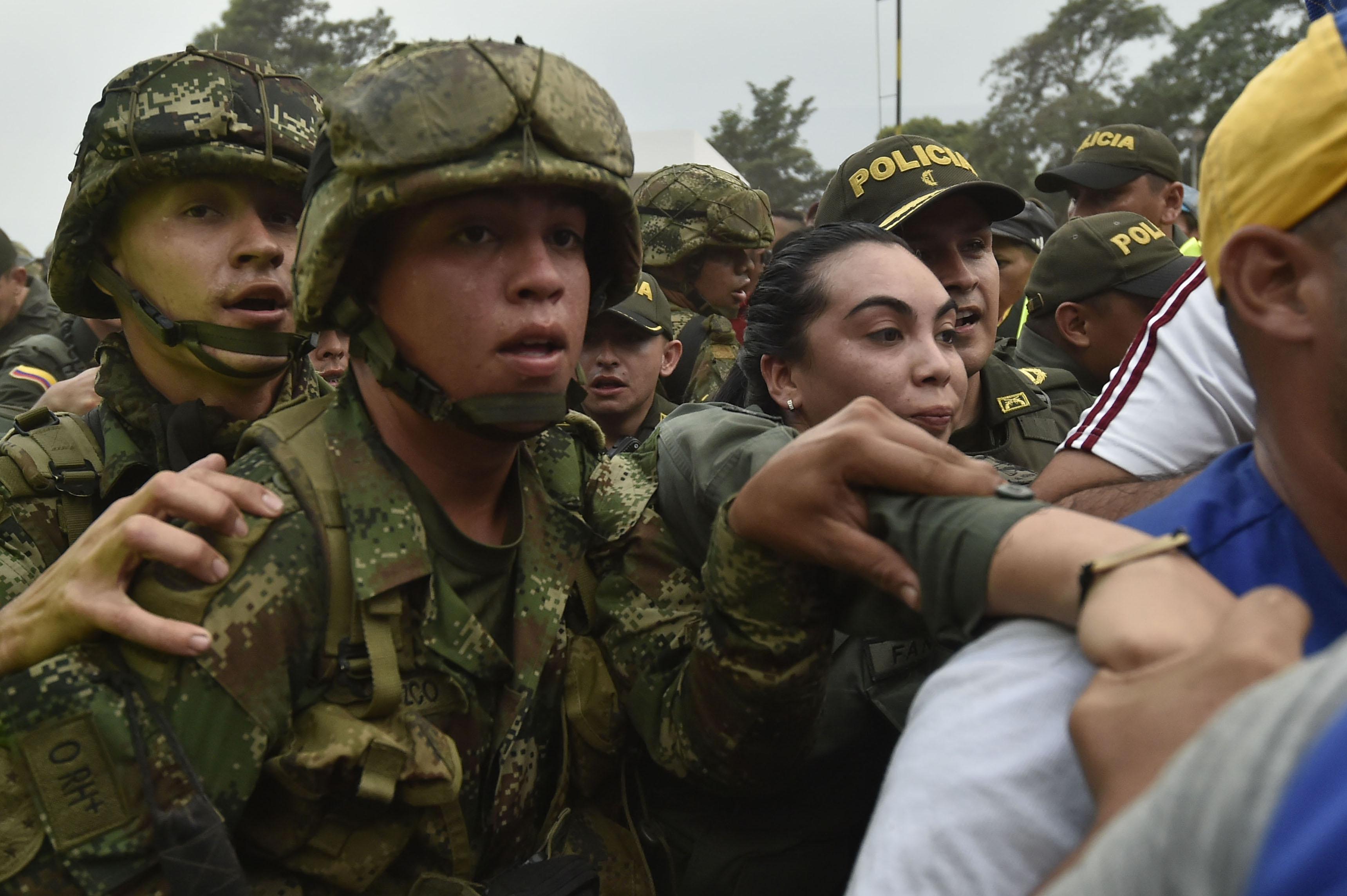 Policías de Colombia ayudan a una soldado venezolana que desertó en la frontera.