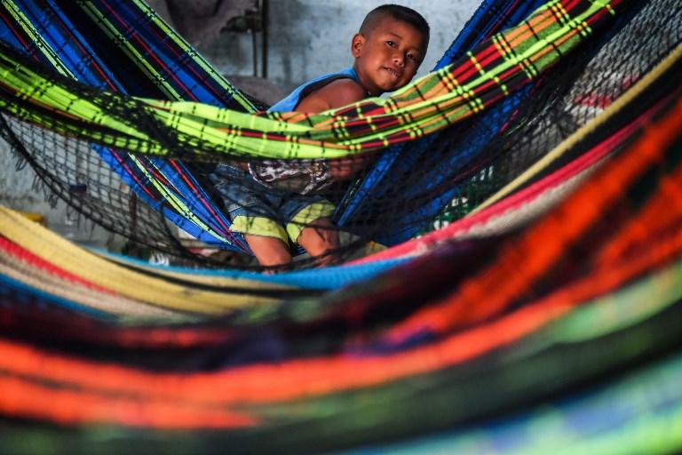 Un niño wayuu venezolano permanece en una hamaca en el refugio de Janokoida, Brasil.