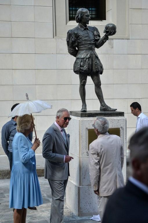 El príncipe Carlos y su esposa Camila, duquesa de Cornualles, descubrieron un monumento a William Shakespeare ubicado en la Vieja Habana.
