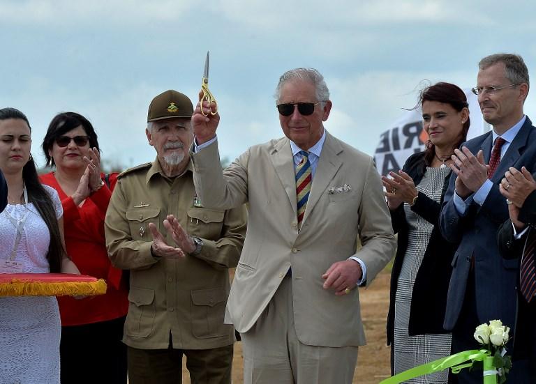 El príncipe Carlos y el vicepresidente del Consejo de Estado de Cuba, Ramiro Valdés, cortaron la cinta durante la ceremonia de colocación de la piedra del parque fotovoltaico en la Zona de Desarrollo Económico Especial de Mariel en la provincia de Artemisa.