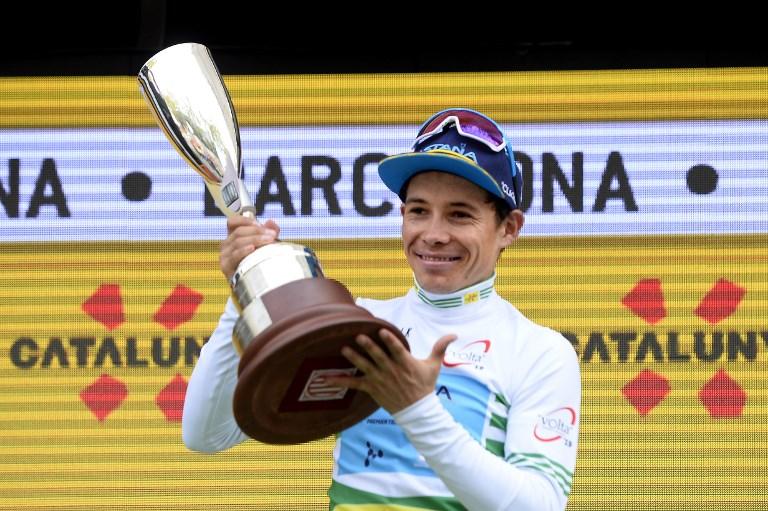 Supermán López con el trofeo de campeón de la Vuelta a Cataluña.