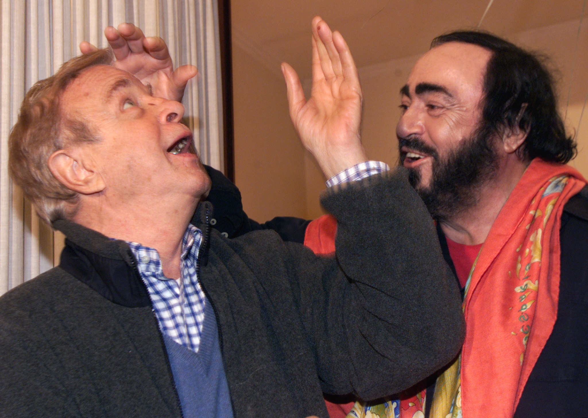 El director junto al tenor italiano Luciano Pavarotti.