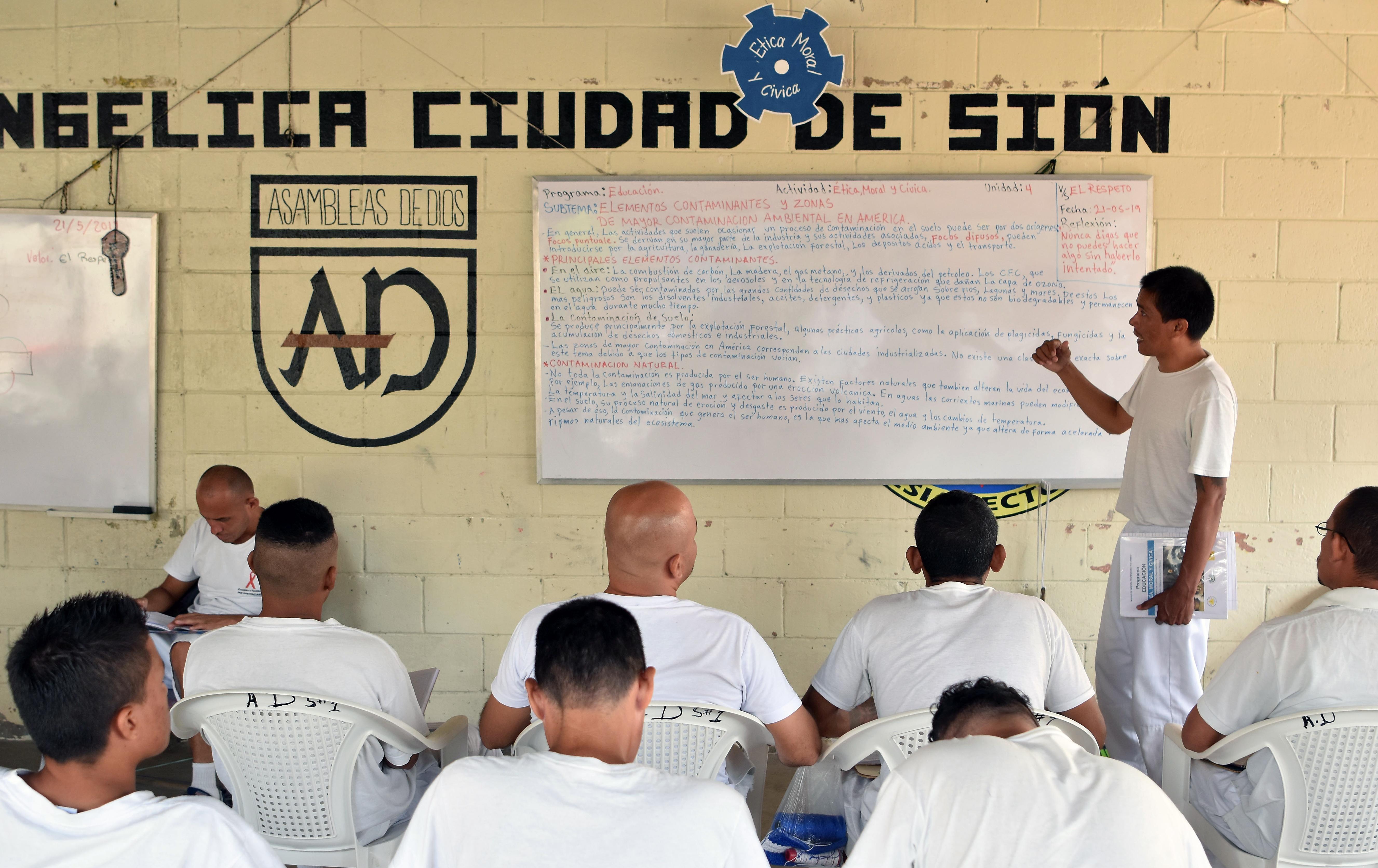 Los ex Mara Salvatrucha asisten a  lecciones que les brinda la prisión de Santa Ana.