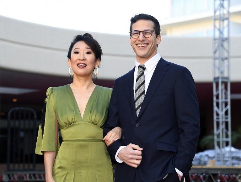Andy Samberg y Sandra Oh fueron los encargados de abrir la alfombra roja de este domingo.