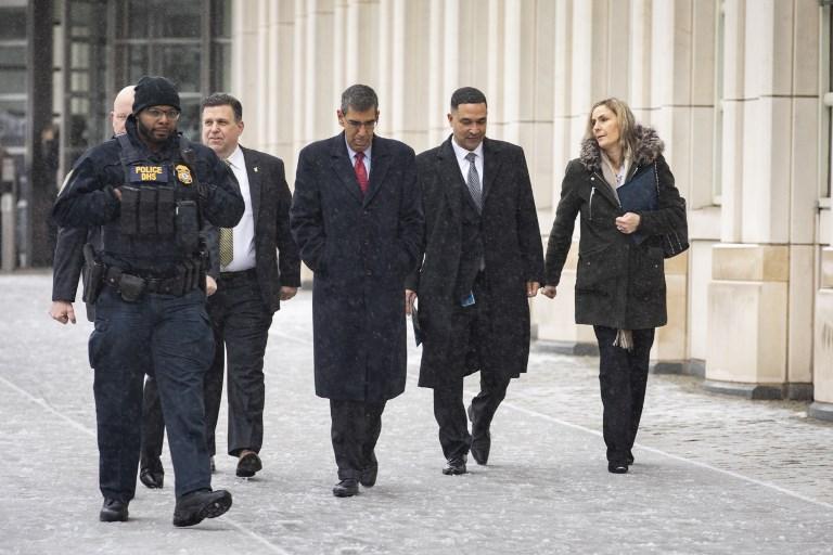 El director de la DEA, Uttam Dhillon y el director de Control de Drogas (DEA), Ray Donovan salen del Tribunal de Distrito de EEUU.