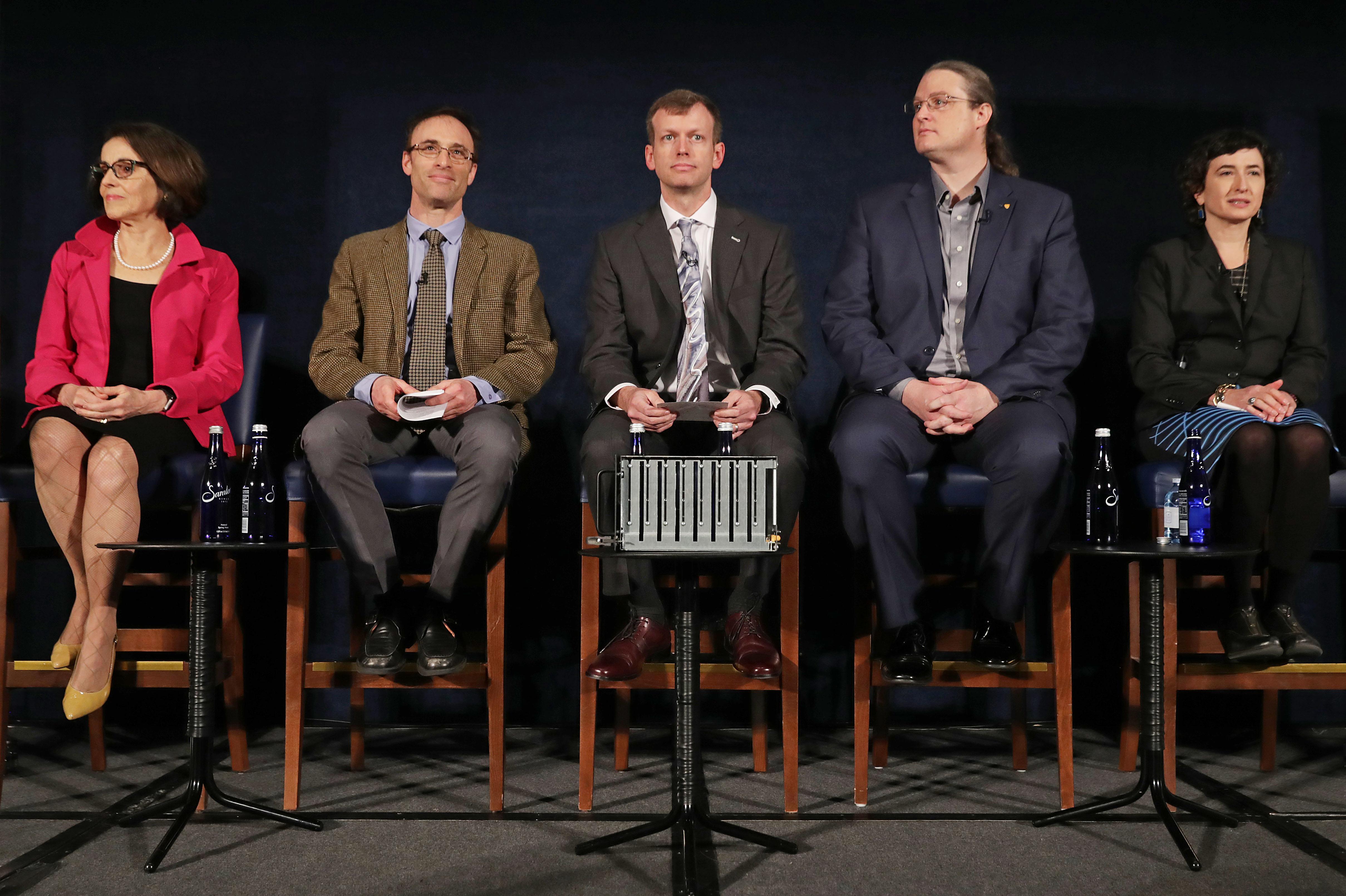 France Cordova, Sheperd Doeleman, Dan Marrone, Avery Broderick, durante la conferencia de prensa sobre el agujero negro.