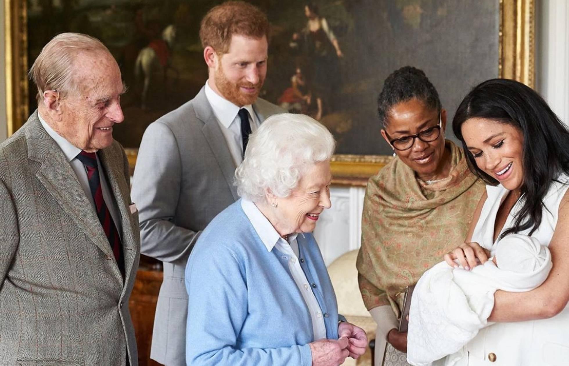 Enrique de Inglaterra y Meghan Markle presentan a su hijo a la reina Isabel, Felipe de Edimburgo y Dorian Ragland.