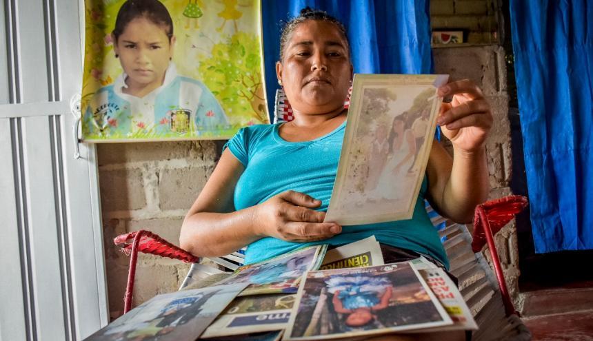 Ana Ortega, madre de Angie Paola, mira las fotos de su hija.