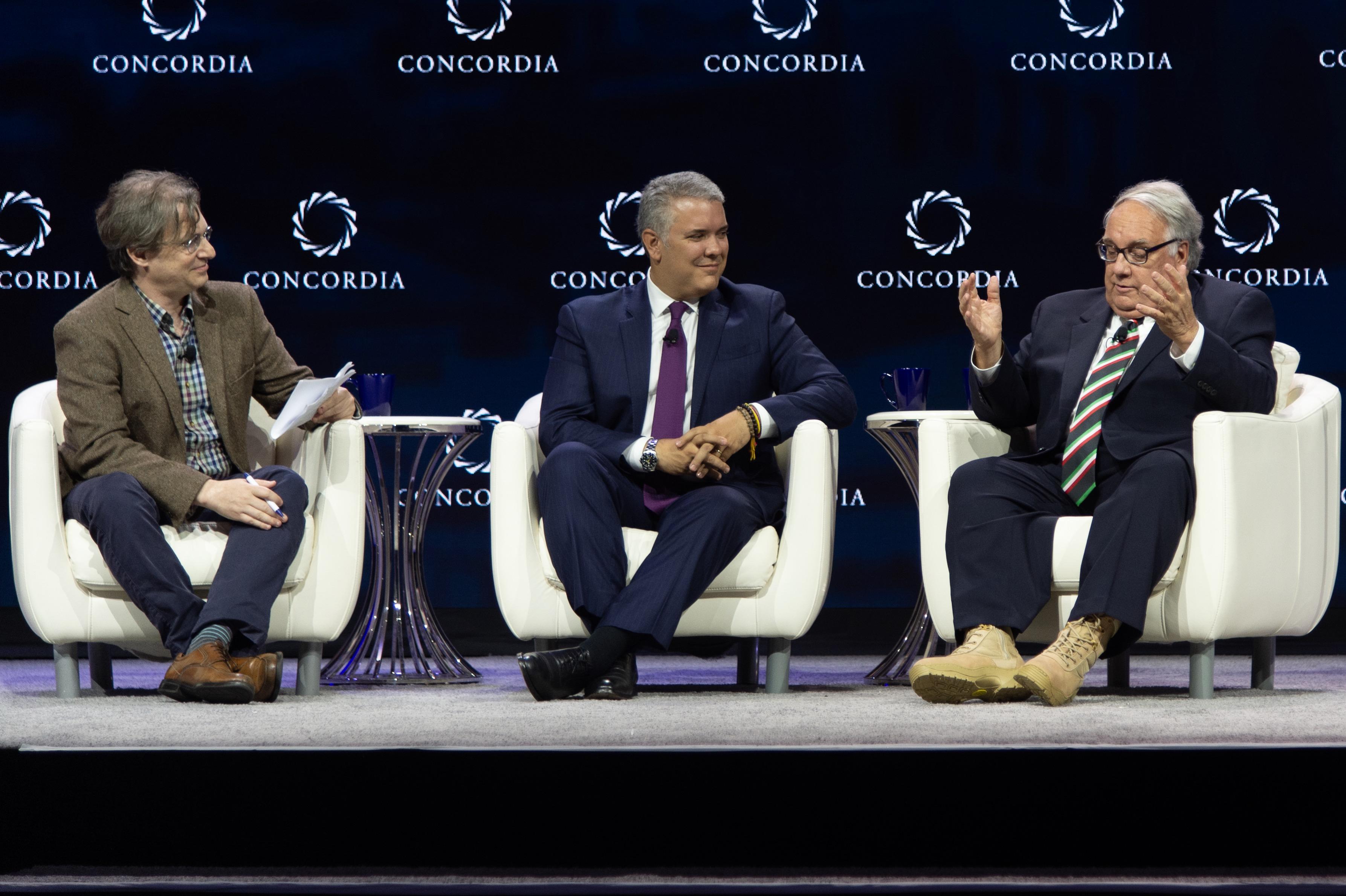 El presidente Duque y el magnate Howard Graham Buffett con las botas.