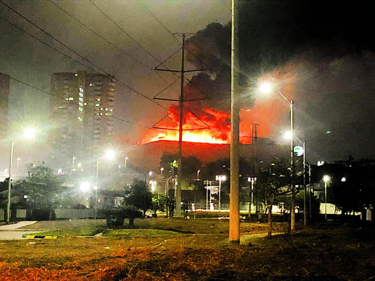 El incendio fue reportado pasadas las 10:00 Pm.