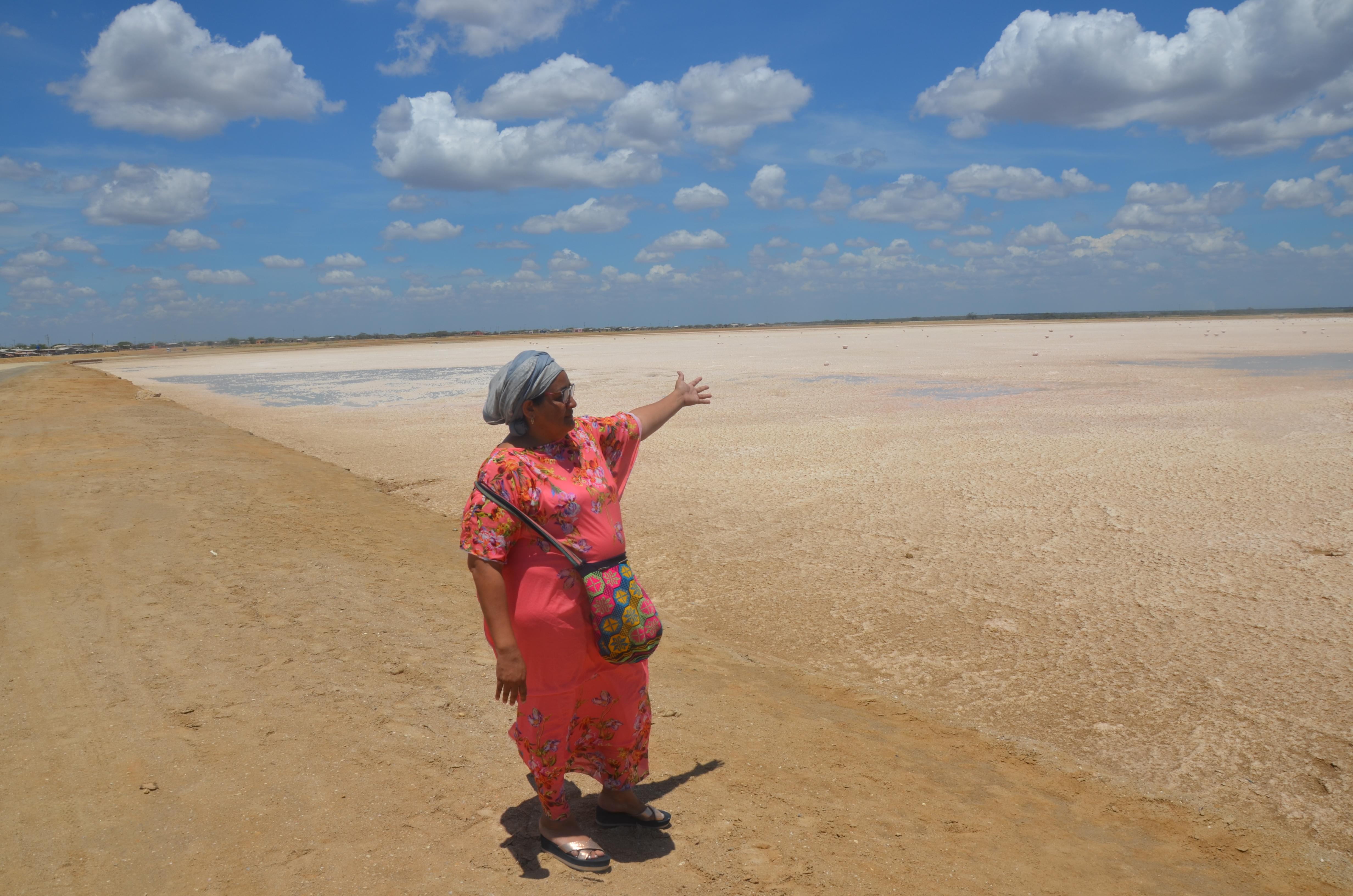 El día del llenado de la charca asistieron las mujeres wayuu que trabajarán en la recolección de la sal.