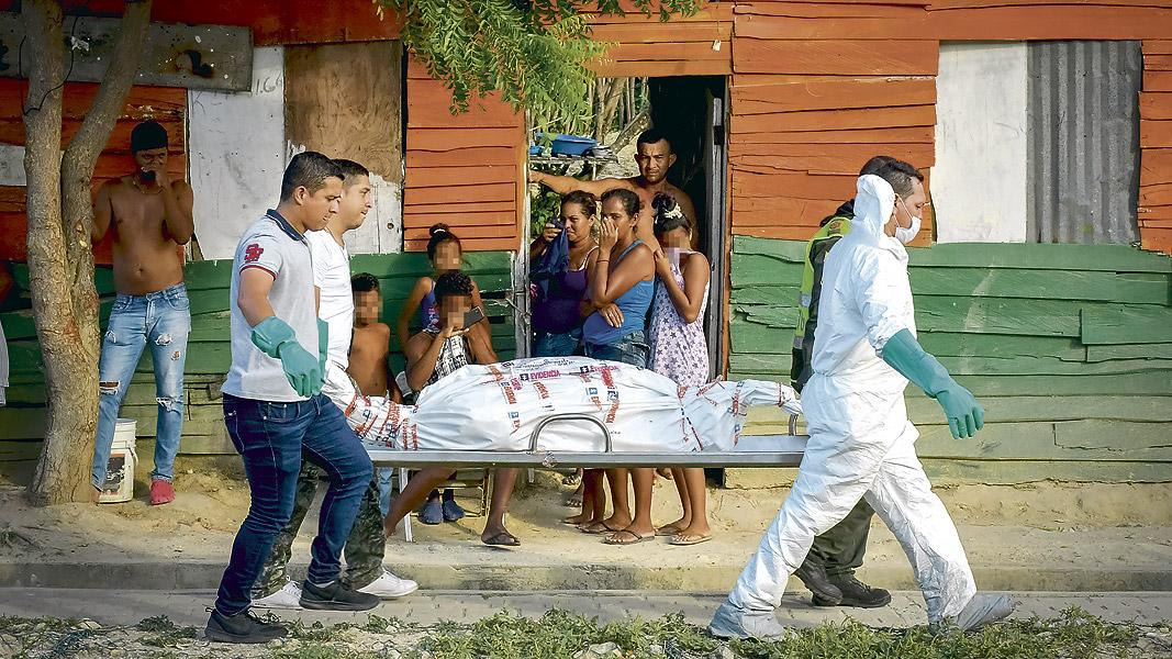 Miembros del CTI en pleno traslado de los cadáveres,