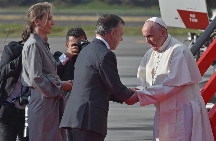 El presidente Santos saluda al papa Francisco. Los observa María Clemencia de Santos.