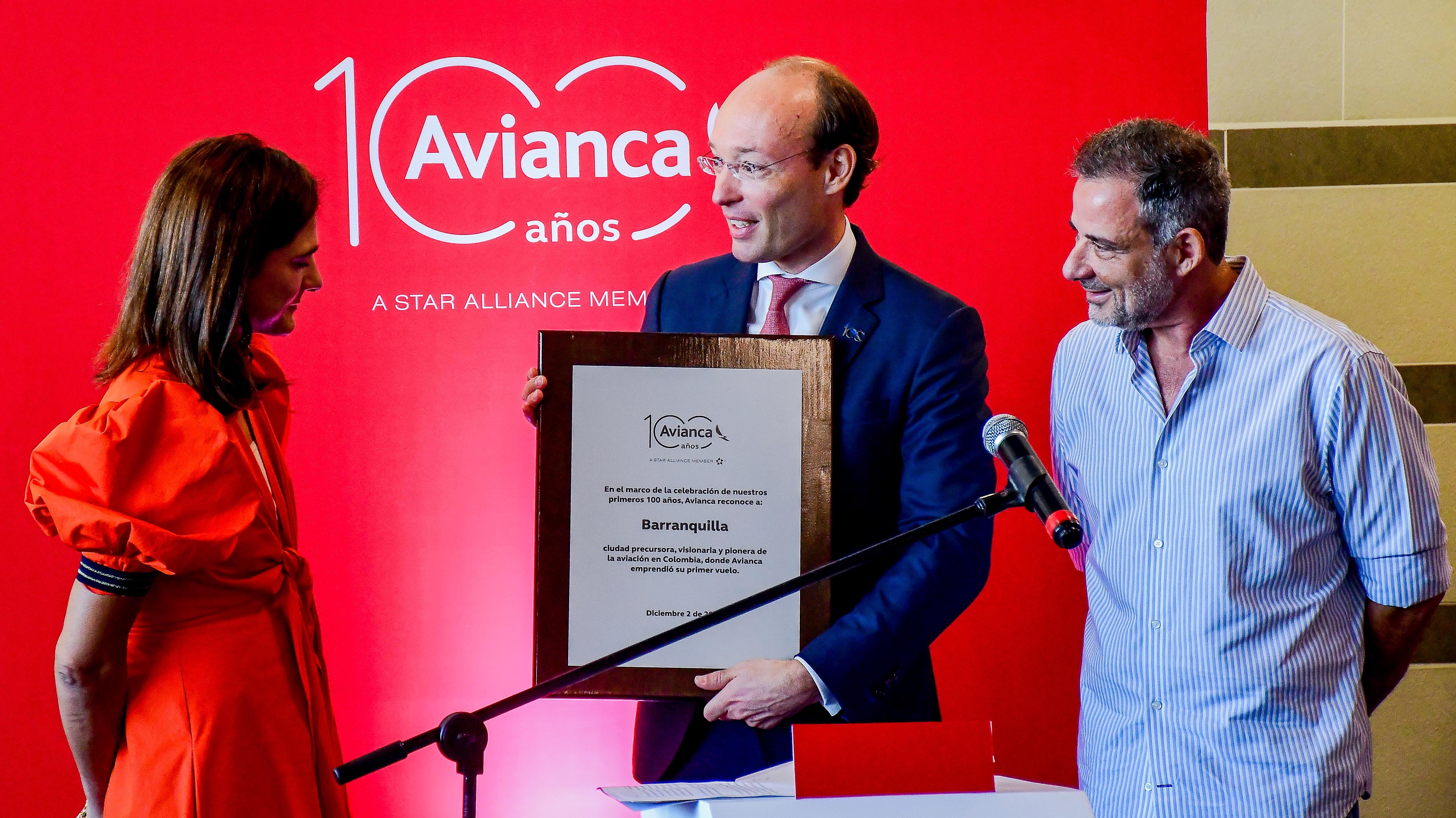 La ministra de Transporte, Ángela María Orozco, el CEO de Avianca, Anko van der Werff, y el secretario de Cultura, Juan José Jaramillo.
