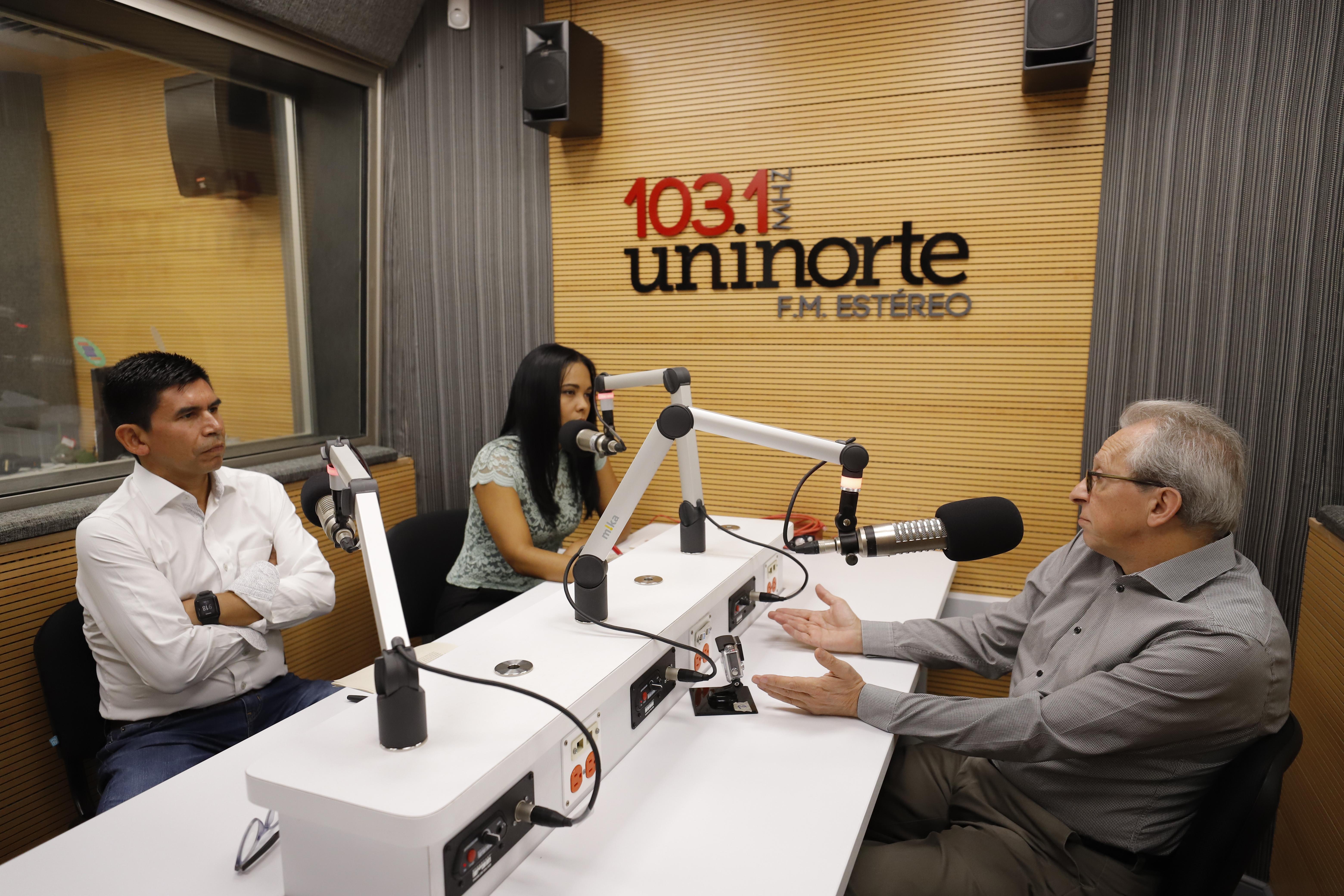 Los profesores de Economía de Uninorte Sandra Rodríguez y Juan Ricardo Perilla dirigieron la entrevista a Eduardo Lora.