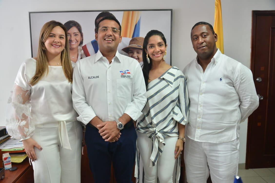 Johana Natalí Daza Mestre, nueva tesorera, el alcalde Augusto Ramírez, la primera dama de Valledupar Lisbeth Rosado y el secretario de Hacienda, Saúl Martínez.