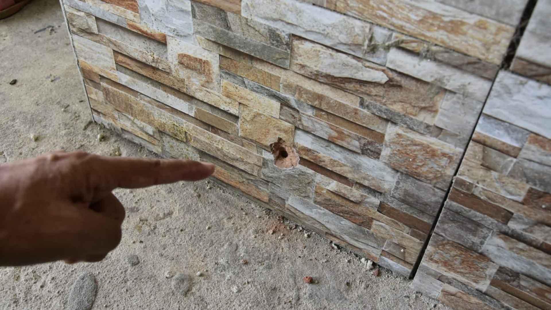 En la pared de la casa de Jaider quedó un orificio por el impacto de una bala.