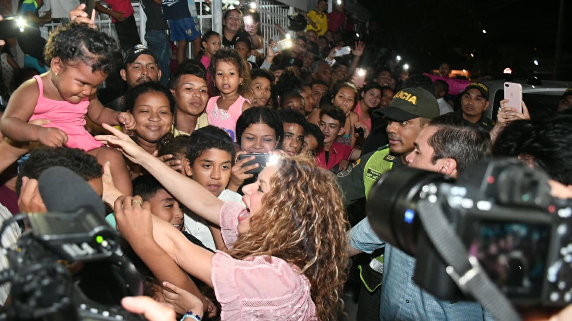 Al momento de saludar a los habitantes del barrio El Bosque, la artista cargó a la bebé Isabella Sarcos.