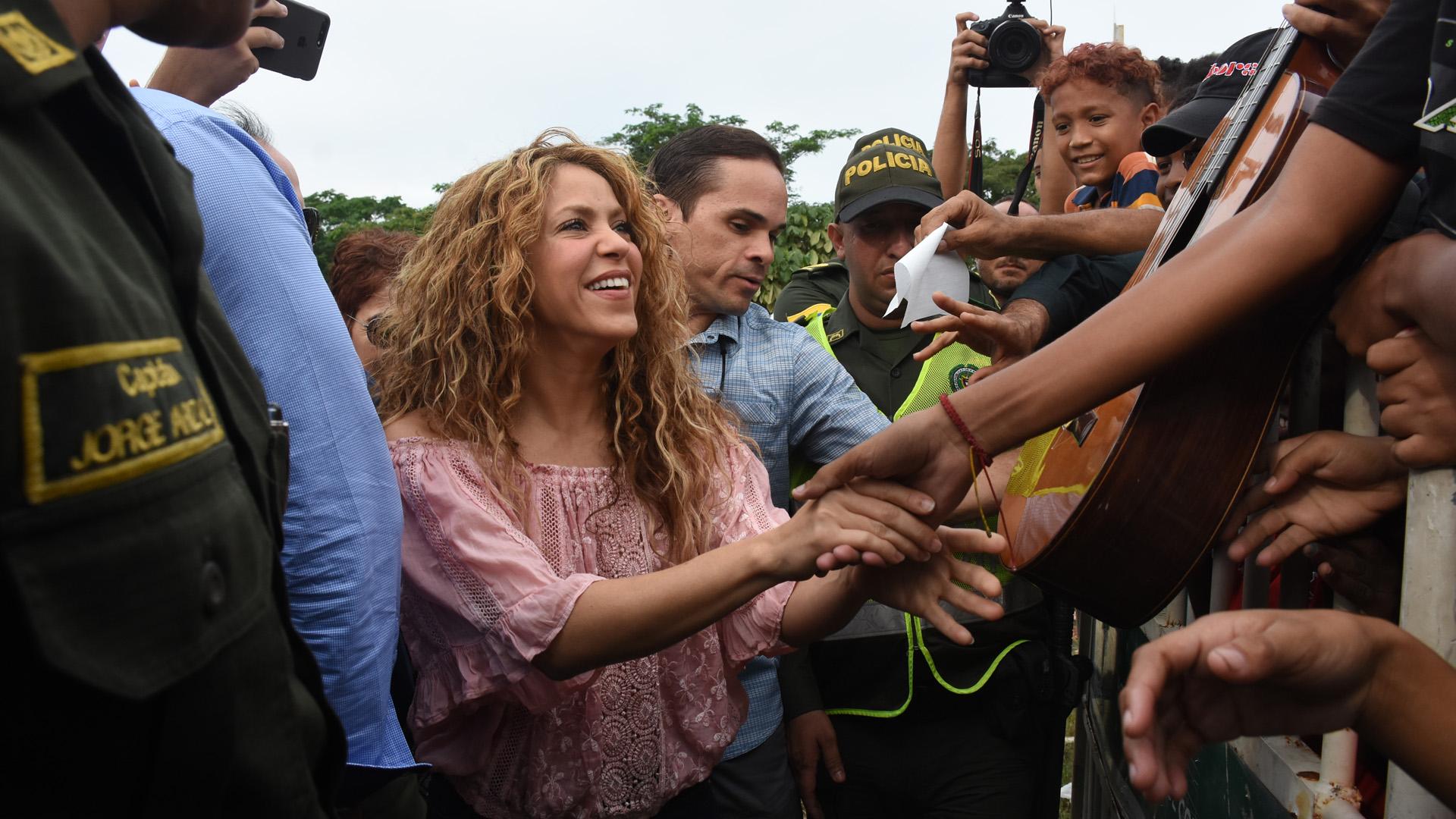 Fans ovacionaron a Shakira antes de empezar el evento que oficializó el inicio del colegio en Villas de Aranjuez.