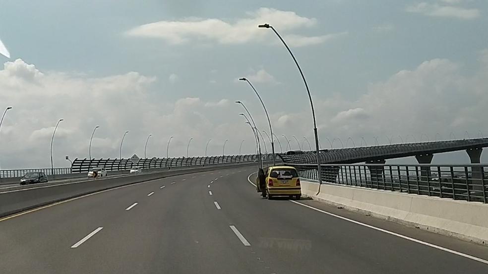 Un taxi estacionado en uno de los carriles del puente.