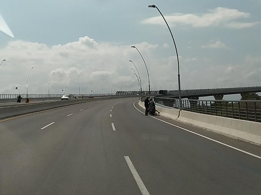 Una motocicleta detenida sobre el Pumarejo.