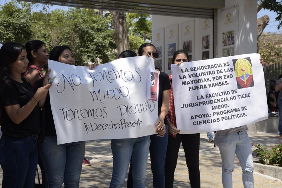 Con pancartas, los estudiantes de Derecho se sumaron a las manifestaciones en la Uniautónoma.