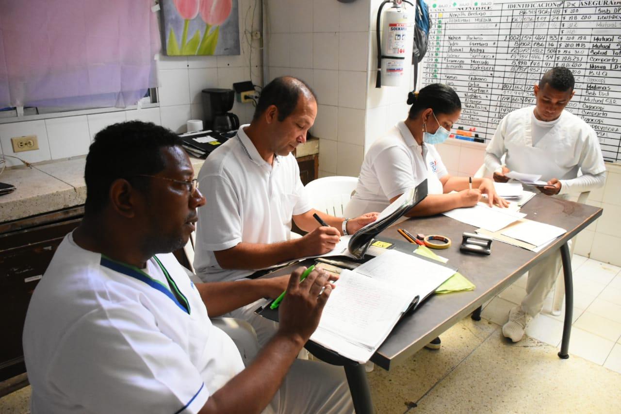 Un grupo de empleados adelantan sus labores en el Cari Mental.