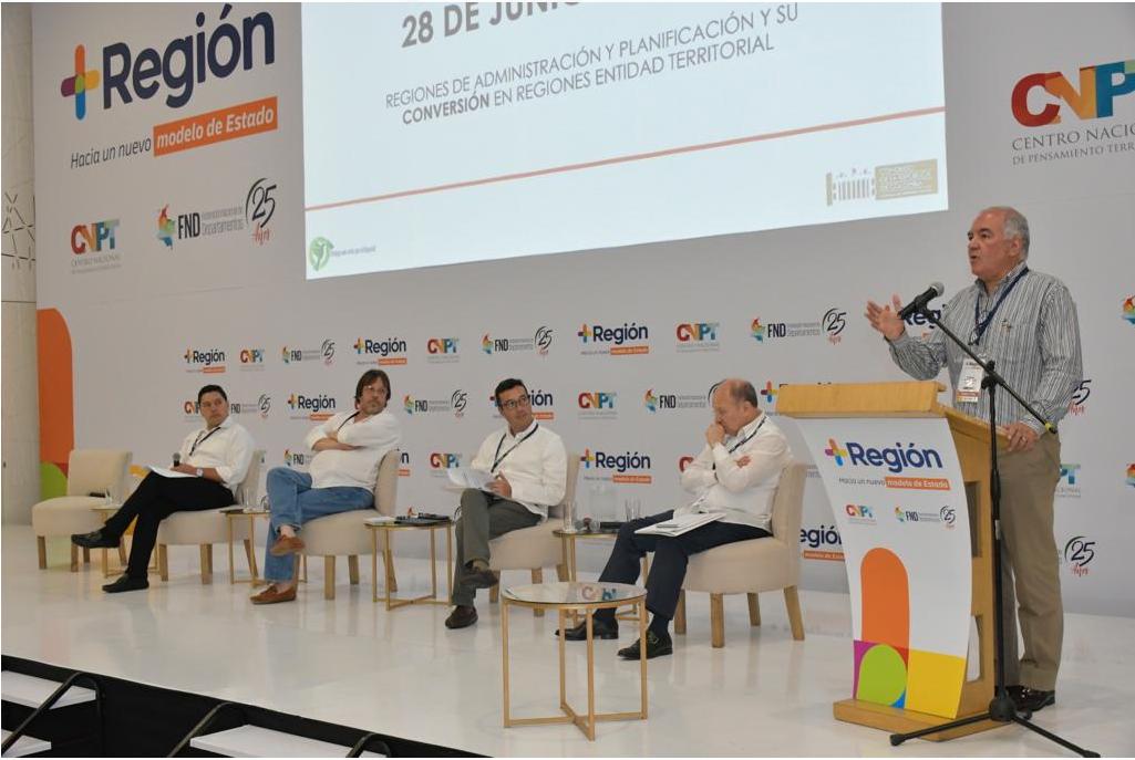Participantes del panel sobre construcción de regiones.