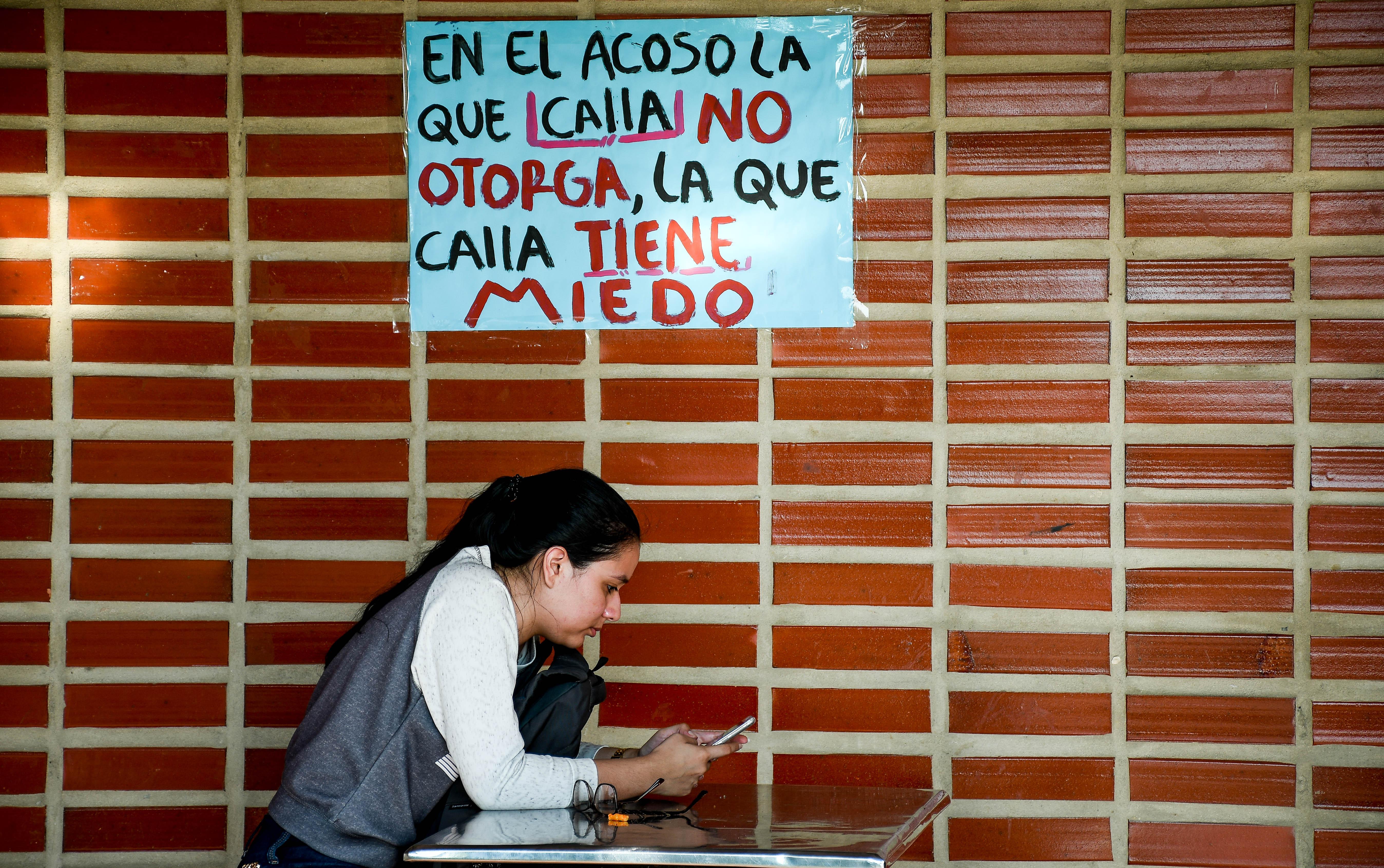 Estudiantes pegaron en las paredes mensajes sobre el acoso sexual en la Uniatlántico.