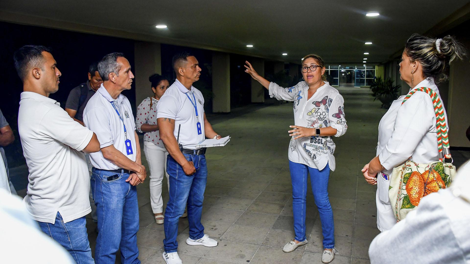 Alma Solano, secretaria de Salud del Atlántico, habla con trabajadores de la sede de Alta Complejidad.
