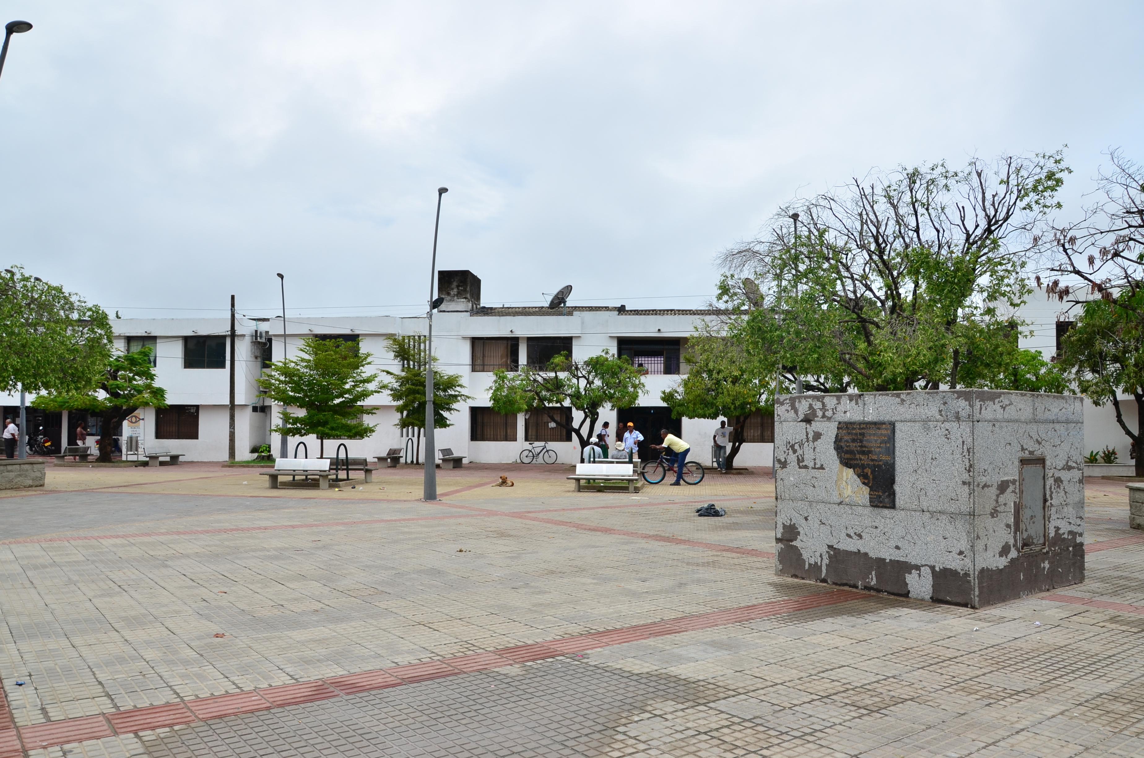 Panorámica de la plaza en Chiriguaná y de la Alcaldía del municipio ubicado en la zona rural del departamento del Cesar.