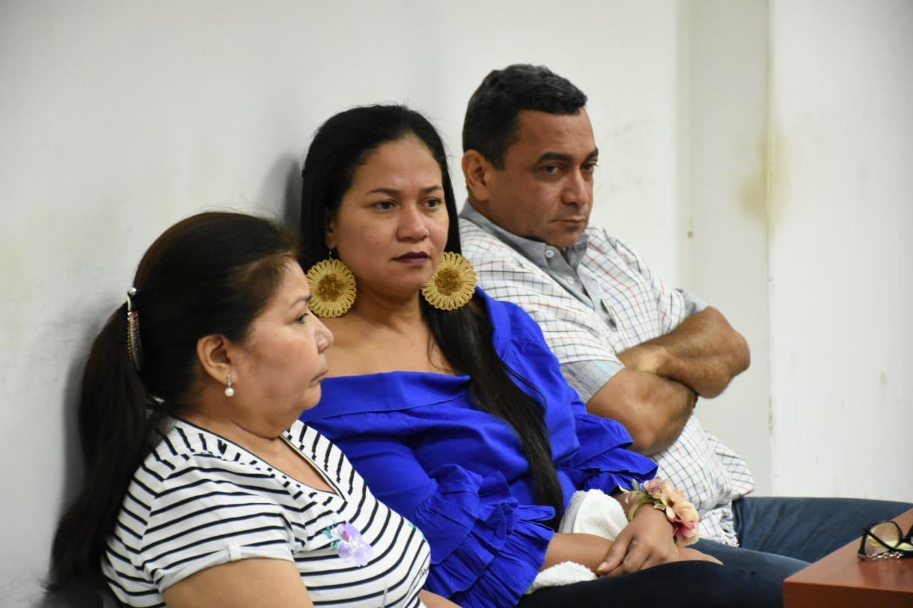 María Canales, contratista; Zunilda Toloza (de azul) y el interventor del contrato de paquetes nutricionales, durante una audiencia.