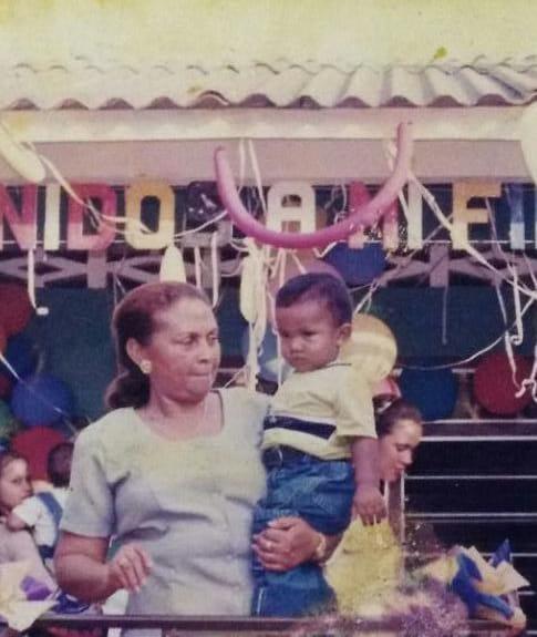 Regina Tapia, abuela y madre de crianza de Fernando (el niño que sostiene en brazos).