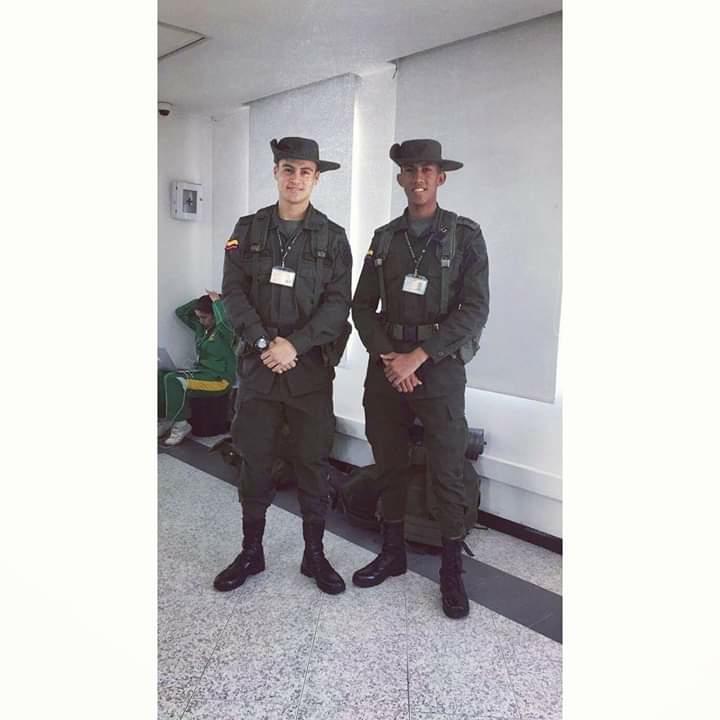El cadete Fernando Iiriarte porta su uniforme al lado de un compañero.