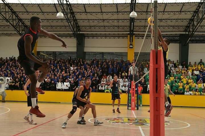 Durante un juego de Voleibol en la Escuela de Policía, Fernando sostiene el balón (der.).