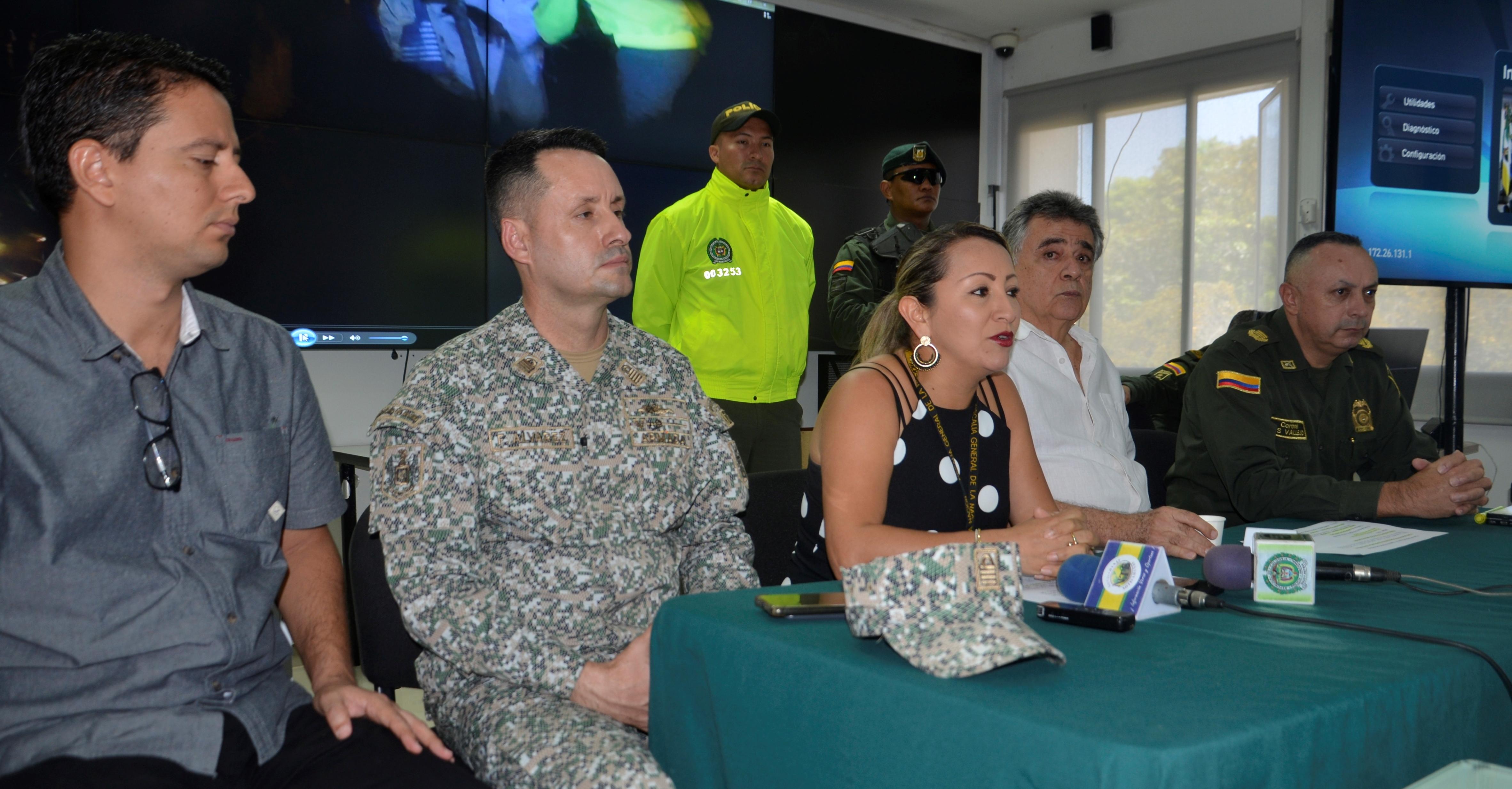 El comandante de la Policía, Luis Hernán Vallejo Gustín, yJeny Castellanos, directora (e) de la Dirección de Fiscalía en Sucre.