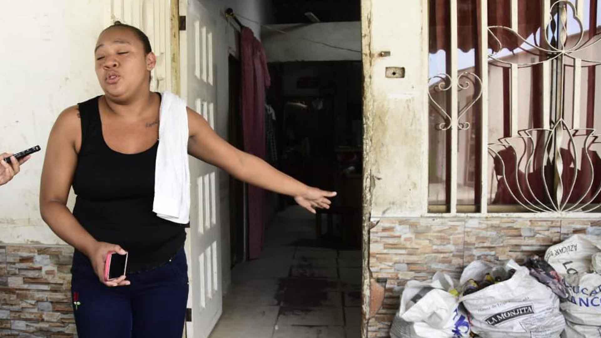 La esposa de la víctima, Kelly niño, dijo que las piedras en la terraza habían sido lanzadas por los policías.