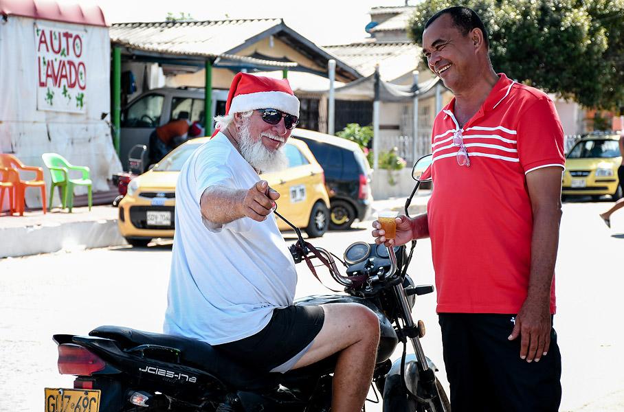 Iván Guerra, mejor conocido en Las Nieves como 'Papá Noel' , pasó el guayabo montado en su moto.