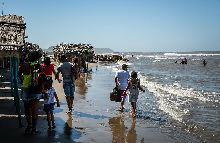 Momento en el que una familia llegaba a la playa de Puerto Colombia en el mediodía de ayer.