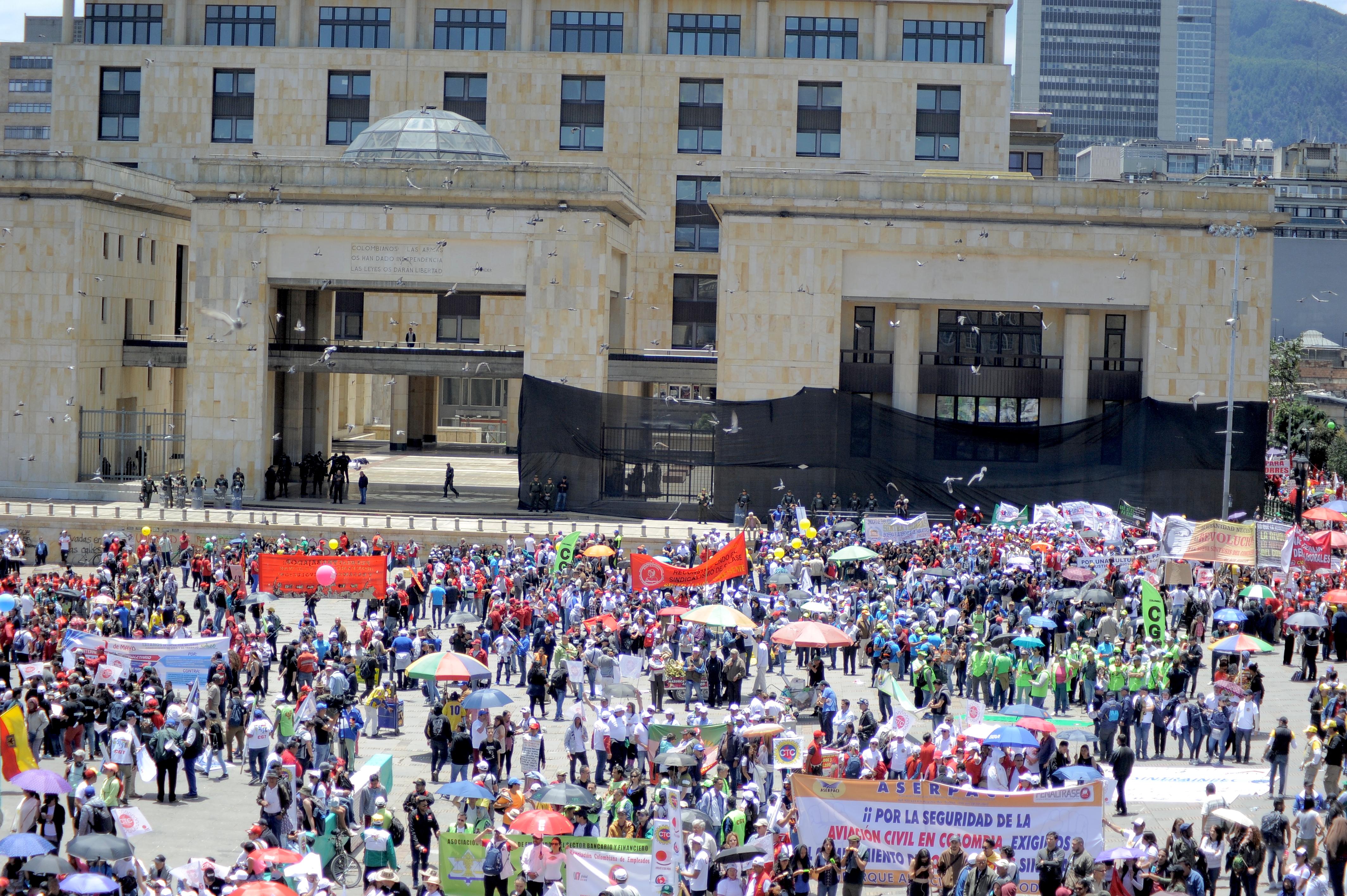 Manifestantes aglomerados en la Plaza de Bolívar.
