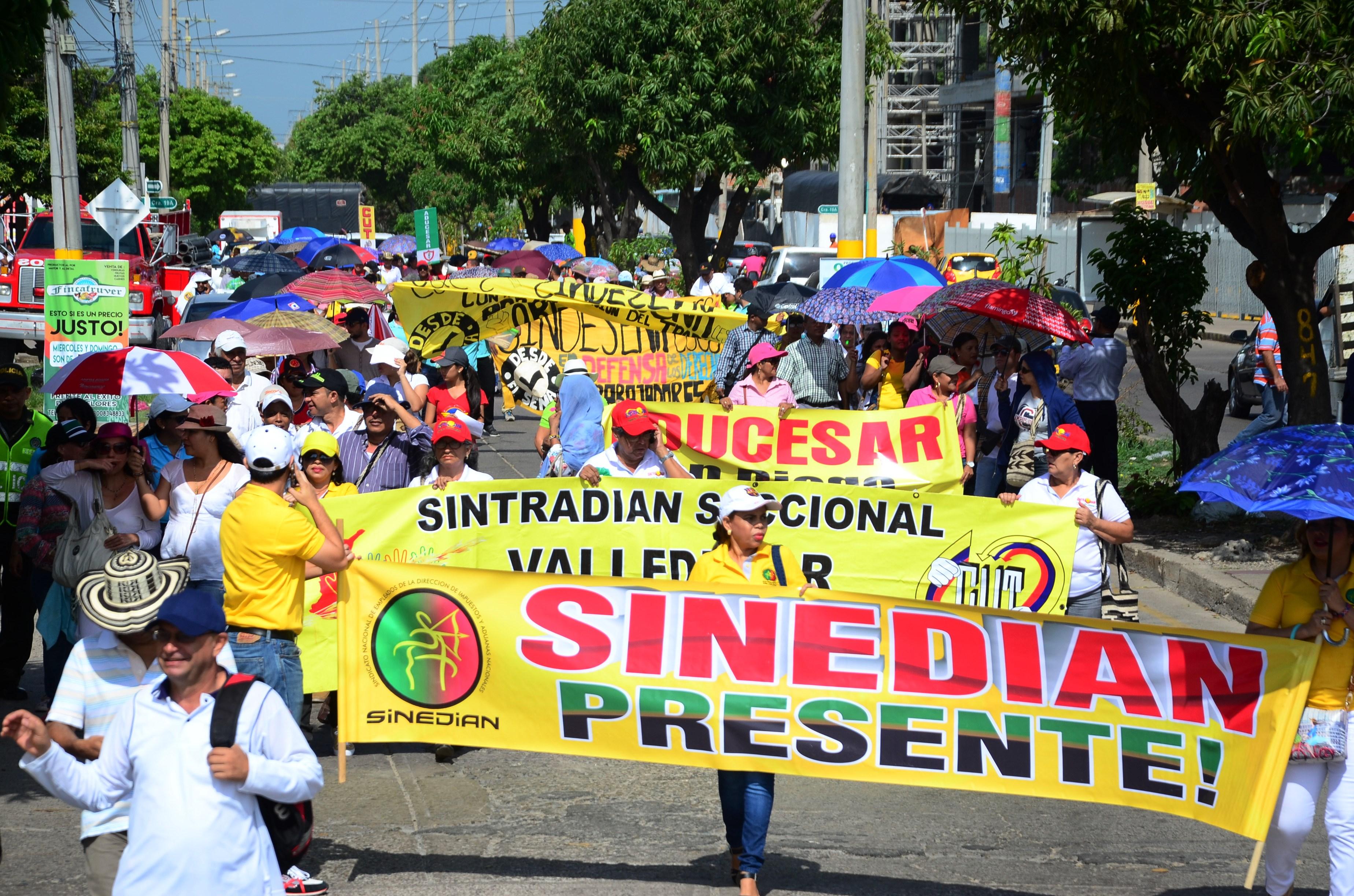 Docentes marcharon en la Plaza Alfonso López en Valledupar.