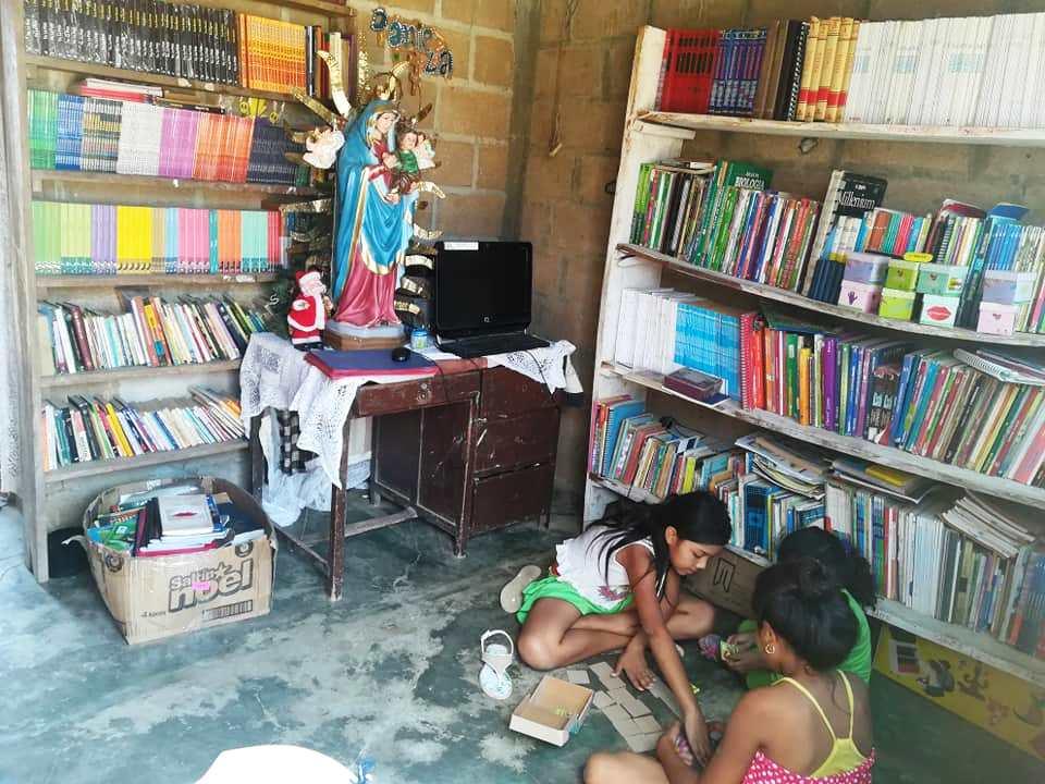 Libros en las salas de un hogar de El Yeso.