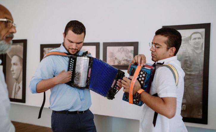 El vicealcalde de Guayaquil, Josué Sánchez, y el alcalde de Valledupar, Augusto Ramírez, Observa el compositor Tomás Darío Gutiérrez.