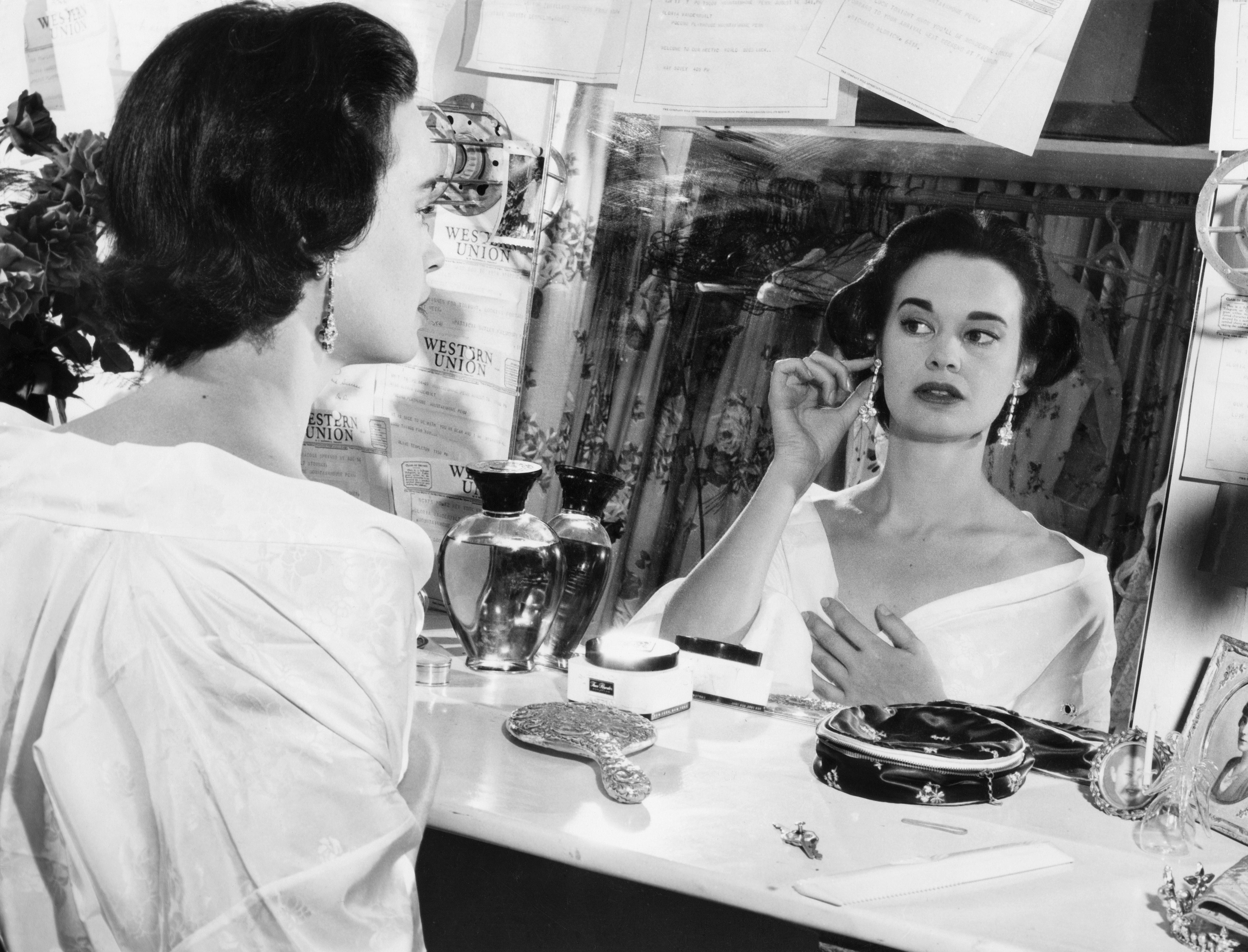 La millonaria heredera e ícono de la moda en una fotografía tomada en 1954.