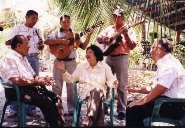 El Trío Tercera Generación junto a Esthercita Forero.